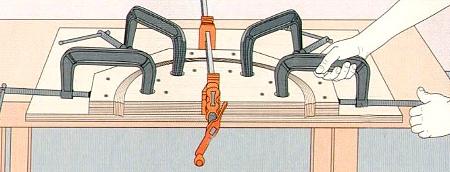 Процесс загибания заготовки с помощью шаблона