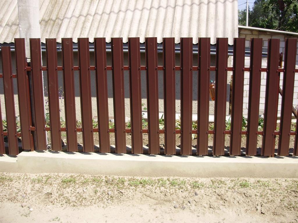 Металлический забор вблизи