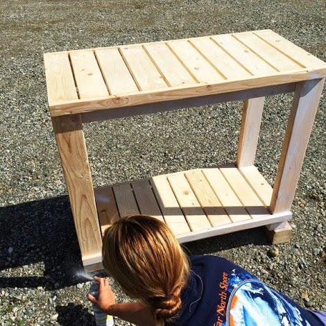 Обработка стола грунтовкой