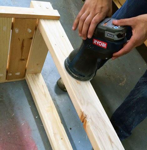 Шлифовка деревянного стола