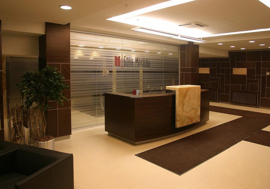 Вход в административное здание в стилистике под дерево