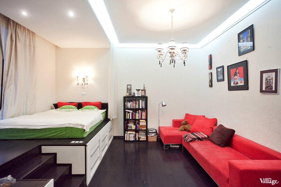 Подиум в интерьере спальни-гостиной